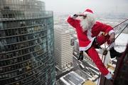 Дед Мороз в окно в Алматы