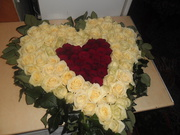 Композиция на стол Сердце 101 роза белые и красные
