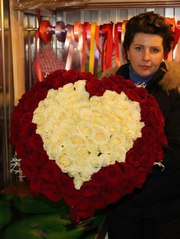 Сердце из 101 красной  и белой розы 70 см